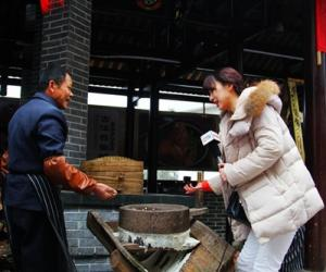 Zhangjiajie Folk Food Spices up Its Scenery, Media Scrambling Covering