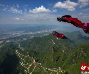 apanese Jiubao Anhong Wing-man Challenges Tianmen Mountain