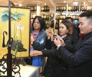 'Belt and Road' Countries Journalists Experience Hunan Embroidery