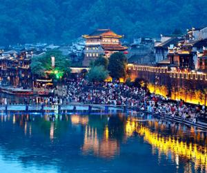 Fenghuang Sees Tourist Peak During Labor Day Holiday