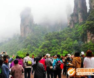 Zhangjiajie core scenic spot is crowded during May Day holiday