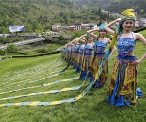 Zhangjiajie miao girls put on a Headscarf show