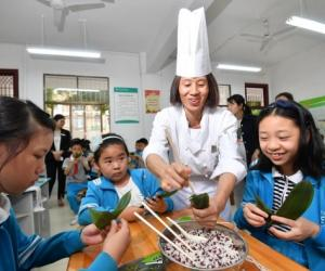 Students Learn to Make Zongzi Ahead of Duanwu Festival