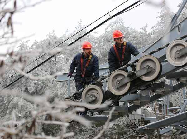 High-altitude ropeway inspection workers under the ice and snow in Huangshizhai