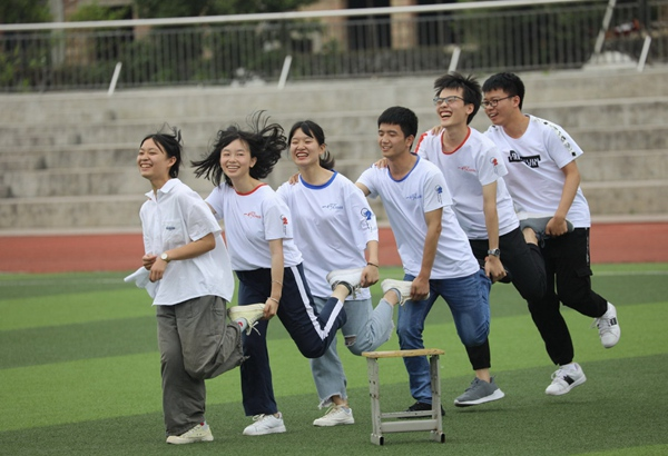 Students beat stress ahead of China Gaokao