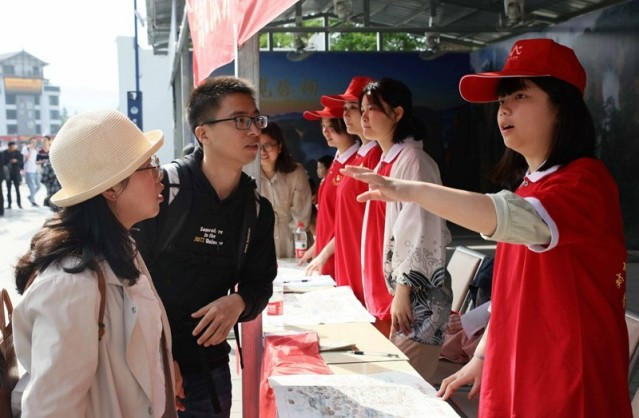 Volunteers Assist Tourists in Zhangjiajie