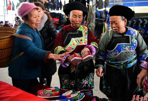Miao People Purchase New Year Products