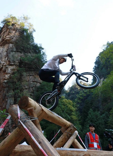 Zhangjiajie daring extreme cyclists navigate challenges of obstacle course